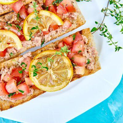 appetizer-bruschetta-with-tuna-and-tomatoes-LKA5ZYU
